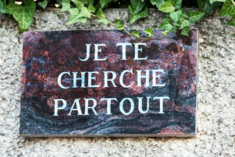 Quel texte sur une plaque funéraire ?