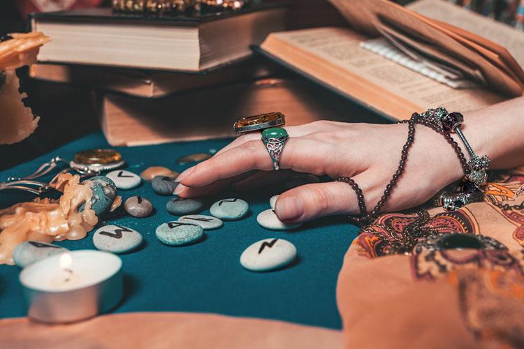 Quels bijoux porter pour un look witchy réussi ?